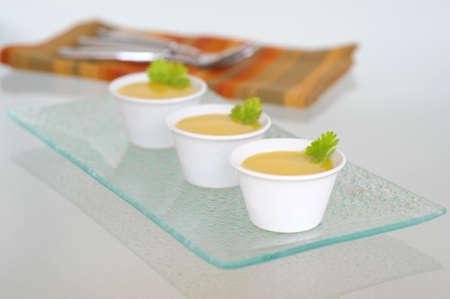 Amuse-bouche of hapje van zelfgemaakte herfst squash soep.
