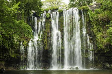 リャノス ・ デ ・ コルテス滝は、コスタリカに位置しています。