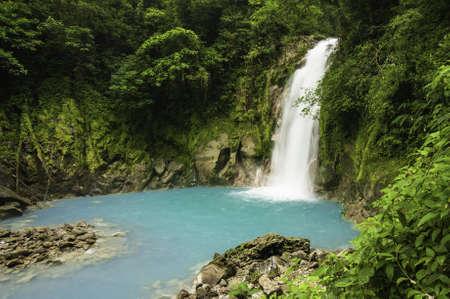Kleine waterval op de Rio Celeste in Costa Rica. Stockfoto