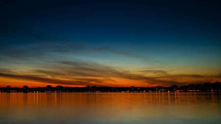 Kempenfelt 湾とバリー オンタリオの都市スカイラインの夕日。 写真素材
