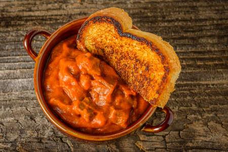自家製ステーキ チリのボウルは、トーストを添えてください。 写真素材