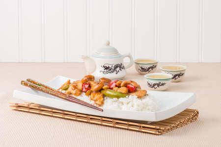 中国カシュー チキンとライスのプレート。