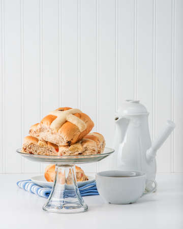 Plate of fresh baked hot cross buns, an easter tradition. Banco de Imagens