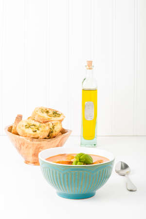 クリーミーな自家製トマトスープ バジルとクロスティーニ。 アプリケーションのマーケティング多くのフード サービスのために便利です。 写真素材