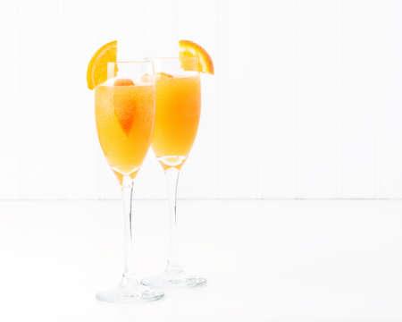 Der Cocktail, der als Mimose bekannt ist, enthält Orangensaft und Champagner.