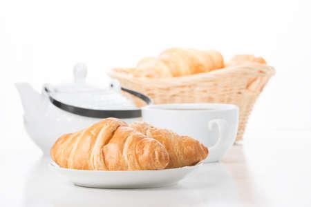 Croissants de mantequilla fresca con café en el desayuno. Foto de archivo - 70172040