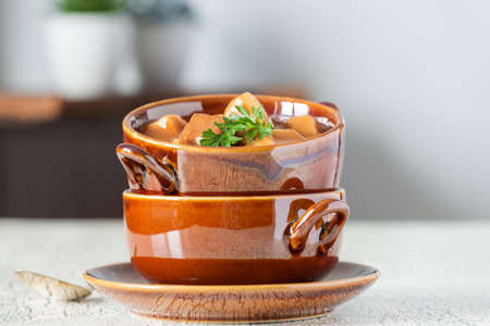ペッパー ステーキ、キノコとジャガイモで作られた自家製スープ ボウル。