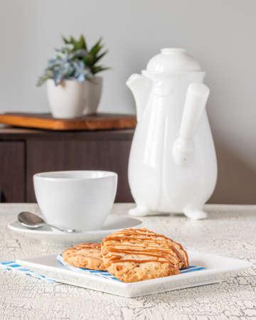 Vers gebakken gezouten caramel zandkoekjes met koffie.