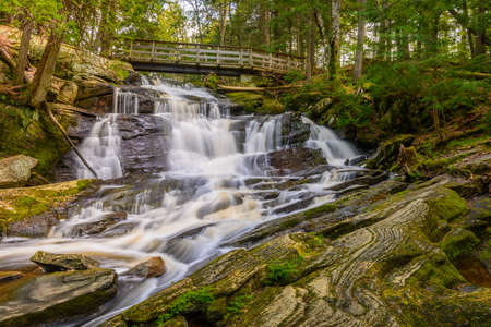 Potts Falls are located in the District of Muskoka near the town of Bracebridge Ontario. Imagens