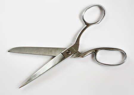 tijeras: Tijeras de costura de metal ancha abierta aislados en blanco Foto de archivo