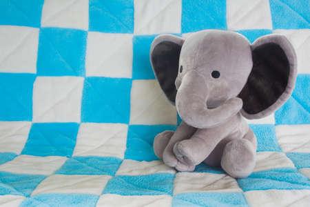 かわいい象の赤ちゃん青い格子縞の毛布で、動物のぬいぐるみ