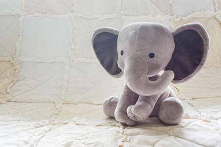 かわいい象の赤ちゃん、白いキルトの動物のぬいぐるみ 写真素材