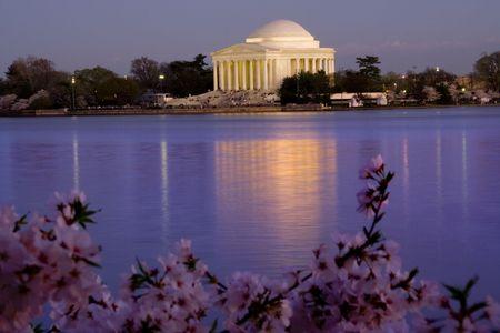 fleurs de cerisiers: Jefferson Memorial et du bassin de mar�e en avril avec Cherry Blossoms de la r�flexion  Banque d'images
