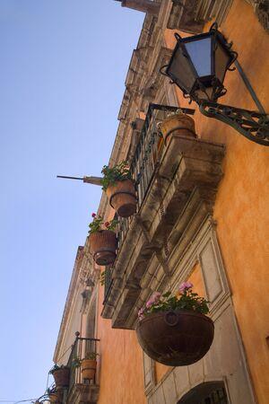 adobe wall: Orange Adobe Wall Balconi, Fiori, Acqua cannelle, Queretaro, Messico