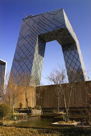 Budynek CCTV Budynek Guomao Central Business District Pekin Chiny Futurystyczne przesłanie - w odpowiedzi na komentarze recenzenta zostały poddane dalszej obróbce obrazu, aby zmniejszyć poziom hałasu, wyostrzyć ostrość i dostosować oświetlenie.