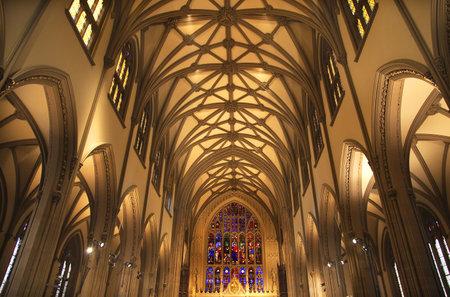 arcos de piedra: Trinity Church de Nueva York Dentro Vidrieras Arcos