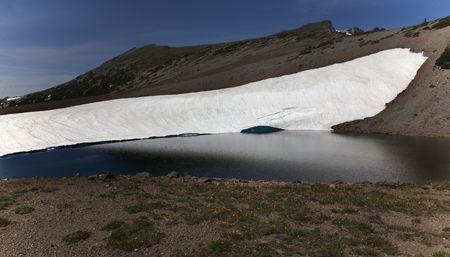 frozen lake: Bevroren Lake Reflection Mount Rainier Sunrise Snow Mountain