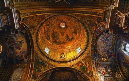 Iglesia del Gesù Iglesia, la cúpula barroca de oro y las pinturas y el techo, construido en el siglo 16 por la tarde Italia Roma jesuitas Un prototipo de una iglesia de Contrarreforma. Construido en 1568-1584 San Ignacio de Loyola Volver a enviar - En respuesta a los comentarios de Revie Foto de archivo - 5625078