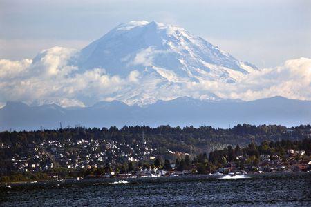 湖ワシントン州シアトルからレーニエ山 写真素材
