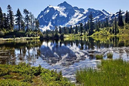 リフレクション湖マウント シュクサン マウント ベーカー高速道路雪山草の木ワシントン州の太平洋岸北西部