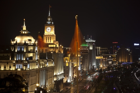 Szanghaj Bund Chin w nocy samochodów, flagi