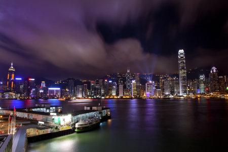 8 Maja Hong Kong Harbor w nocy z znakami towarowymi, 2011 z Kowloon Star prom refleksji
