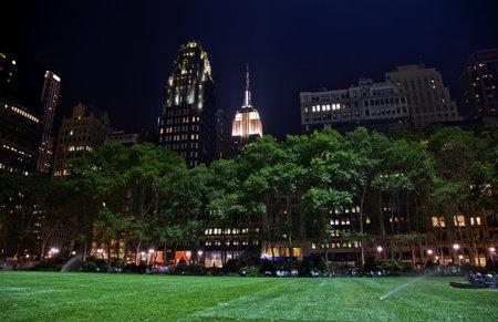 Bryant Park in New York City Green Grass Skyline Apartment Buildings Empire State Building Nacht Standard-Bild - 10185765