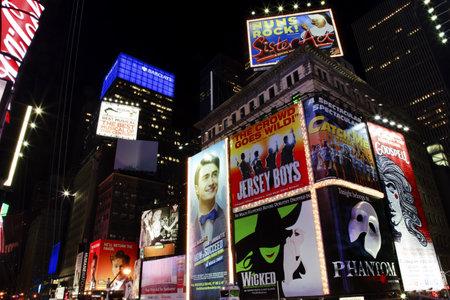編集タイムズ ・ スクエア ライトショー、広告、演劇、ニューヨーク市のスカイライン夜