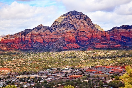 キャピトル ビュート オレンジ レッド ロック キャニオン住宅、ショッピング モール、青い曇り空緑木雪ウエスト セドナ アリゾナ