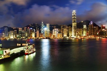 구룡 스타 페리 반사에서 밤 홍콩 하버
