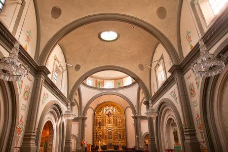 Misi�n de la Bas�lica de San Juan Capistrano en California Dentro de la iglesia con el altar. Esta es la iglesia sucesora de la Misi�n fundada por Fray Jun�pero Serra en 1775. Foto de archivo - 12228178