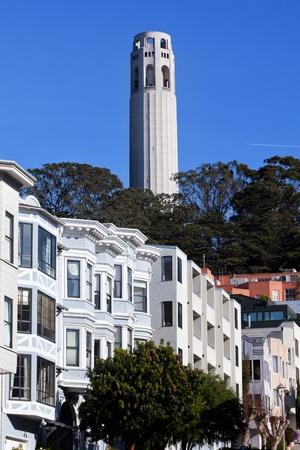 rij huizen: Coit Tower Row Houses San Francisco Californië op Telegraph Hill Vliegtuig op de achtergrond Coit Tower werd gebouwd in 1933 Little Hitchcock Coit liet een derde van haar nalatenschap naar de stad om de toren te bouwen