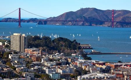 telegraaf: Golden Gate Bridge Zeilboten van Coit Tower in San Francisco in Californië op Telegraph Hill