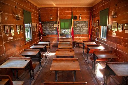escuela primaria: Antiguo Mason Street Elementary School, escritorios de madera, el viejo San Diego, California como una de las primeras escuelas primarias de California construido 1865 y es 146 a�os