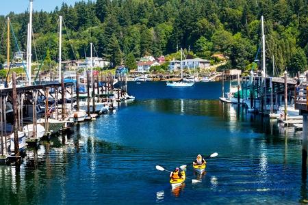 白いヨット マリーナ カヤック反射、ギグ ハーバー、ピアース郡、ワシントン州太平洋岸北西部 写真素材