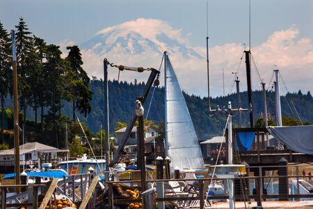 durchstechen: Wei� Segelboot Eingabe Gig Harbor, Mount Rainier Pierce County, Washington State Pacific Northwest Lizenzfreie Bilder
