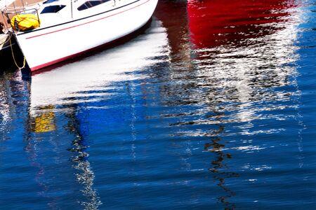 durchstechen: Red White Segelboot Reflexion, Gig Harbor, Pierce County, Washington State Pacific Northwest