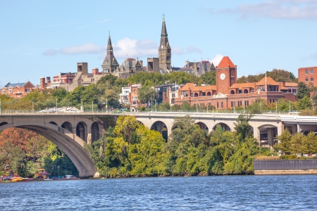 Key Bridge Potomac River Georgetown University Washington DC from Roosevelt Island Archivio Fotografico