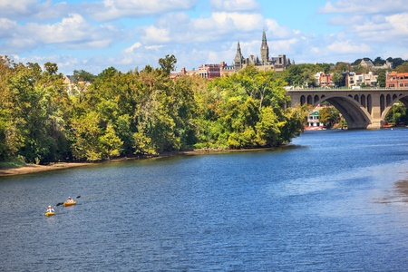 Key Bridge Potomac River Kayaks Georgetown University Washington DC from Roosevelt Island Archivio Fotografico