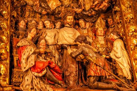 retablo: Esculpida Fundaci�n Retablo de la Orden Mercedaria cat�lica Bas�lica Catedral de Barcelona, ??en Catalu�a, Barcelona, ??Espa�a Orden fundada en 1218 para rescatar a los cristianos en Barcelona, ??Espa�a Retablo por Roig Maler 1688 Catedral de John construido en el a�o 1298