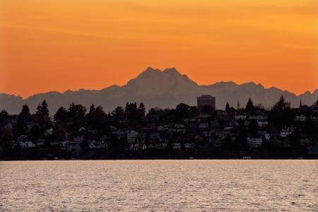 olimpo: Lake Washington Mount Olympus Seattle Sunset from Kirkland Washington Pacific Northwest Primer Evergreen Foto de archivo