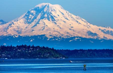 マウント ・ レーニエ ピュー ジェット サウンド ノース シアトル雪山チャネル マーカー ワシントン州の太平洋岸北西部 写真素材