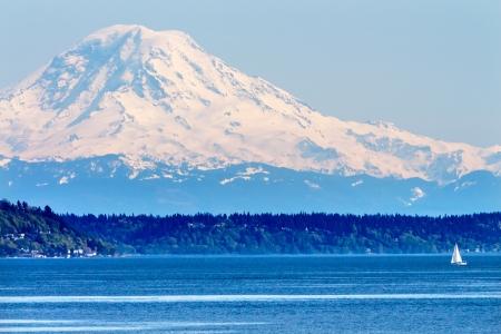 マウント ・ レーニエ ピュー ジェット サウンド ノース シアトル雪山ヨット ワシントン州の太平洋岸北西部 写真素材
