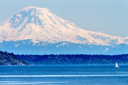 Mount Rainier Puget Sound North Seattle Snow Mountain Sailboat Washington State Pacific Northwest Reklamní fotografie - 20411467