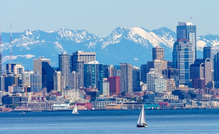 Seattle Skyline Sailboats Puget Sound Cascade Mountains Washington State Pacific Northwest Archivio Fotografico