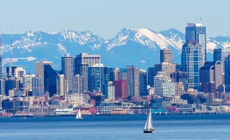 puget sound: Seattle Skyline Barche a vela di Puget Sound Cascade Mountains Washington State Pacific Northwest Archivio Fotografico