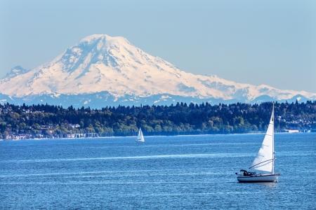 sonido: Mount Rainier Puget Sound North Seattle Snow Mountain Veleros Estado de Washington Noroeste Pacífico Foto de archivo