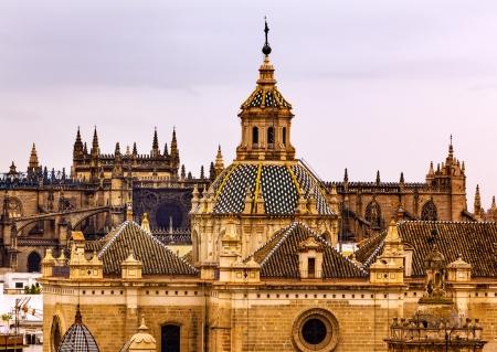 andalusien: Kirche von El Salvador, Iglesia de El Salvador, Kuppel mit Kreuz, Sevilla Andalusien Spanien unter st�rmischem Himmel in den 1700er Jahren erbaute zweitgr��te Kirche in Sevilla
