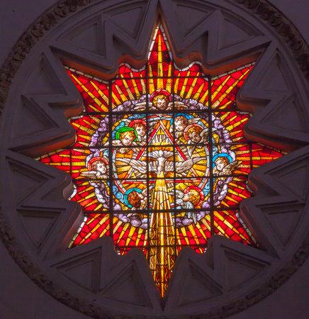 espiritu santo: Vidrieras Ángeles Espíritu Santo Basílica Catedral de Granada Andalucía España, construido en el año 1500, que alberga las tumbas de los reyes Fernando e Isabel Dome por Diego de Siloe, Editorial