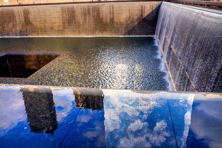 buildings on water: 911 Memorial Pool fuente en cascada Reflexiones Abstract New York NY. La piscina est� en la base de uno de los dos edificios del World Trade Center. El agua cae en el agujero de la fundaci�n.